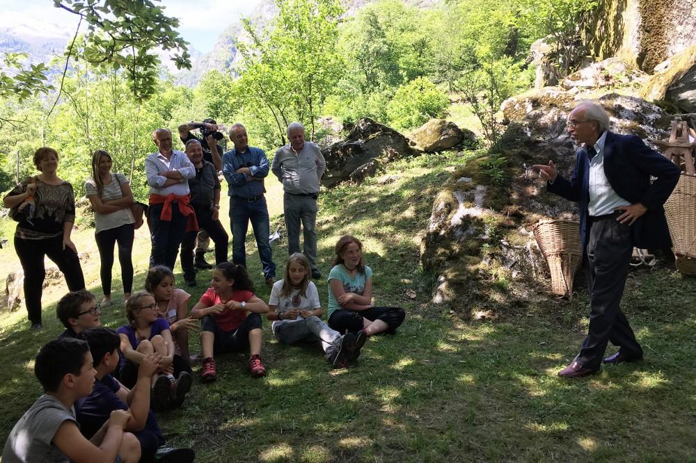 Philippe Biéler, Präsident des Schweizer Heimatschutzes, begrüsst die anwesenden Kinder.