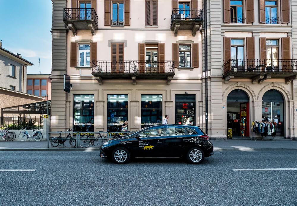 Der Toyota Auris Hybrid in Locarnos Strassen (Bild: obs/Toyota Schweiz AG)