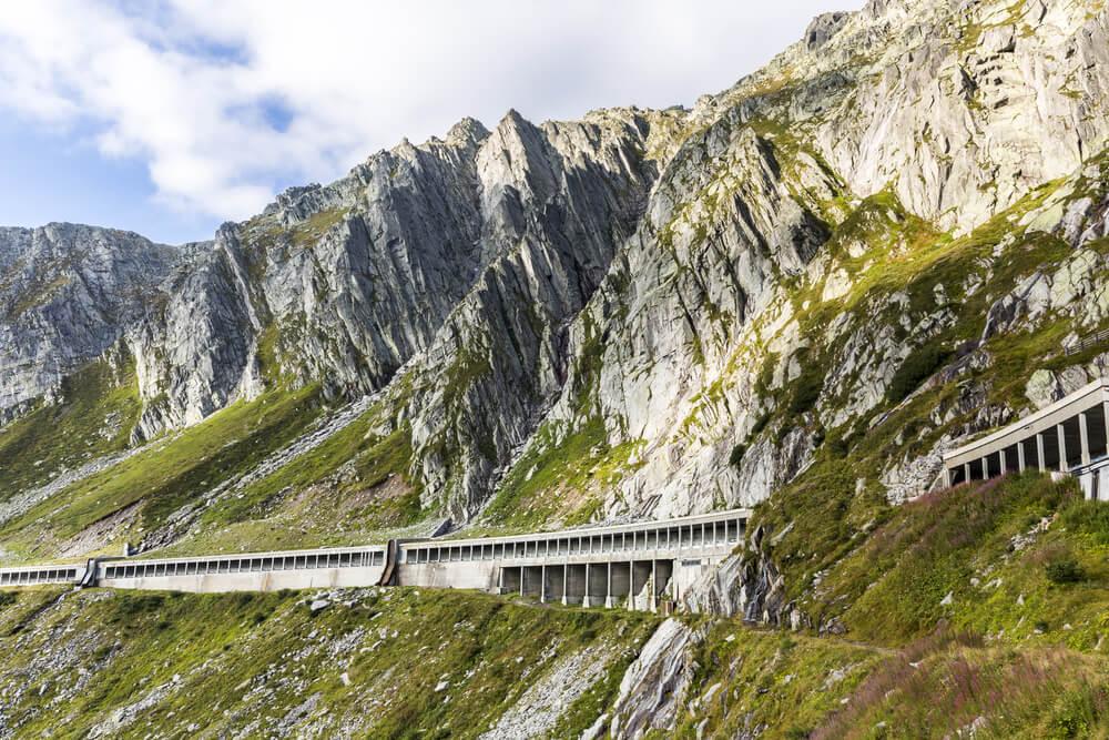 Eine Autoreise ins Tessin verspricht aufregende Erlebnisse. (Bild: Stefan Schurr - shutterstock.com)