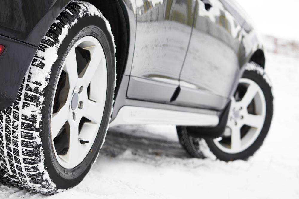 Zu jeder Jahreszeit die passenden Reifen (Bild: Dmitry Kalinovsky - shutterstock.com)