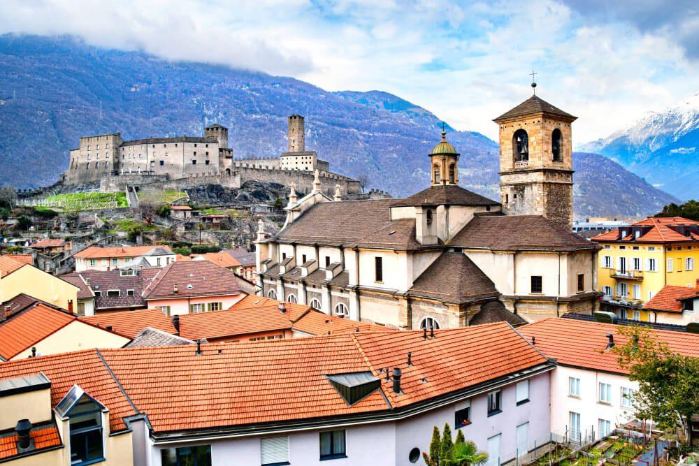 In Bellinzona findet das diesjährige Lernendenlager statt. (Bild: KH-Pictures – shutterstock.com)
