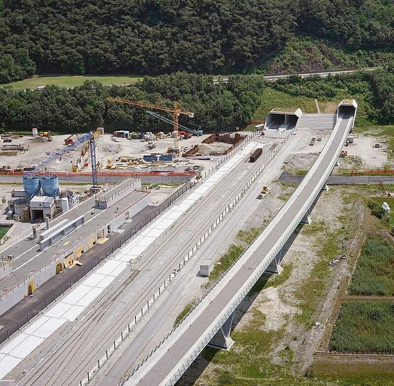 Nordportal des Ceneri-Basistunnel und Bahntechnikgebäude während des Baus (Bild: Bundesamt für Verkehr, Wikipedia, gemeinfrei)