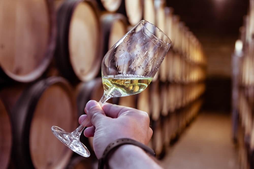 Weinklassiker des Tessins geniessen (Bild: MikroKon - shutterstock.com)