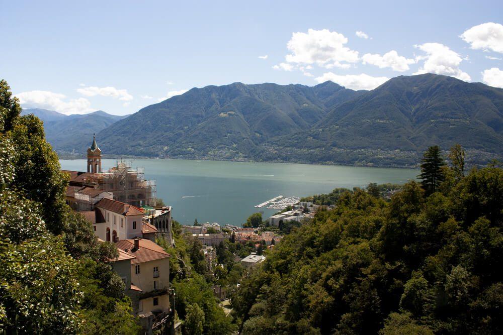 Draufsicht über die Altstadt von Locarno und Monte Gambarogno (Bild: toporfilm - shutterstock.com)