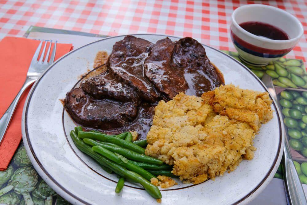 Kulinarische Köstlichkeiten der Region entdecken (Bild: reisegraf.ch - shutterstock.com)